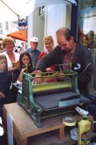 Druckaktion vor der Galerie Illmer